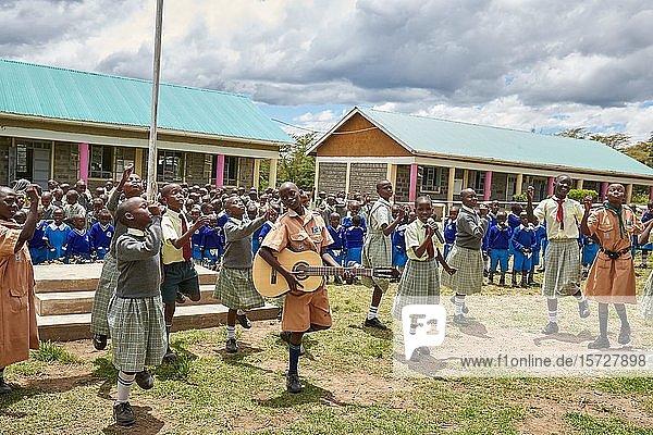 Schülerinnen und Schüler bei der Verabschiedung am letzten Tag  Mirisa-Academy  Nakuru  Kenia  Afrika