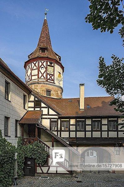 Gotischer Fachwerkturm und Tor zum Schlosshof  Jagdschloss Ratibor  Altstadt  Roth  Mittelfranken  Franken  Bayern  Deutschland  Europa