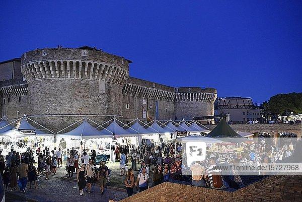 Verkaufsstände bei Nacht  Summer Jamboree  Rock'n'Roll Festival  Festungsanlage  Rocca Roveresca di Senigallia  Senigallia  Provinz Ancona  Marken  Italien  Europa
