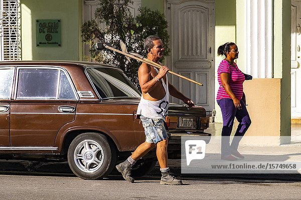 Workman walking in the streets of Cienfuegos  Republic of Cuba  Caribbean  Central America.