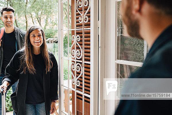 Mittelteil eines männlichen Eigentümers  der Gäste am Eingang der Mietwohnung begrüßt
