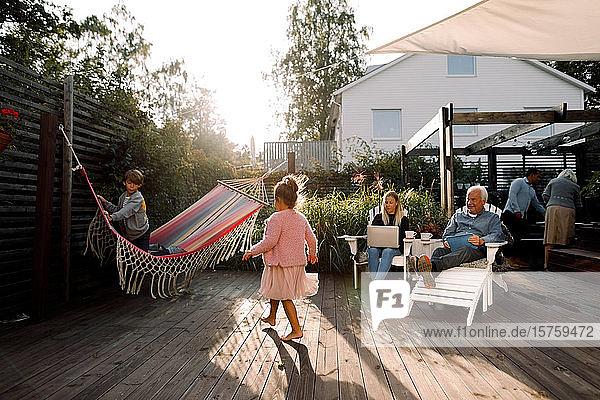 Mehrgenerationen-Familie verbringt am Wochenende ihre Freizeit im Hinterhof