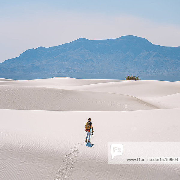 Wanderer durch das White Sands National Monument  New Mexico  USA
