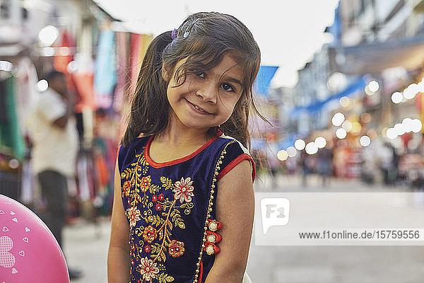 Kleines Mädchen genießt Spaziergang auf dem Basar