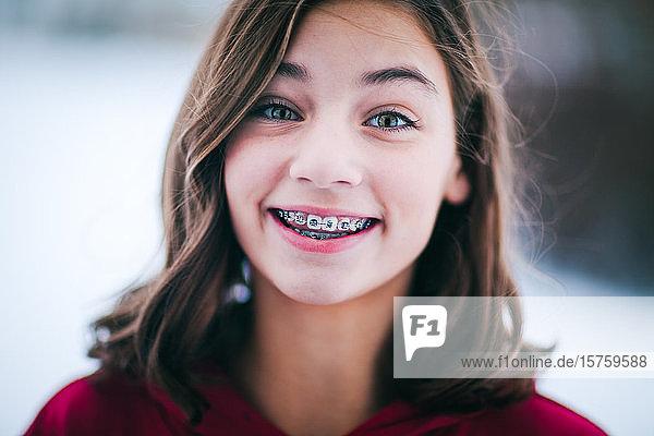 Junges Mädchen mit Zahnspange