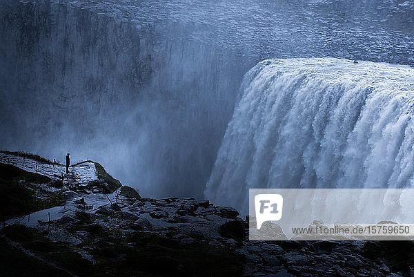 Tourist beim Gullfoss-Wasserfall  Island