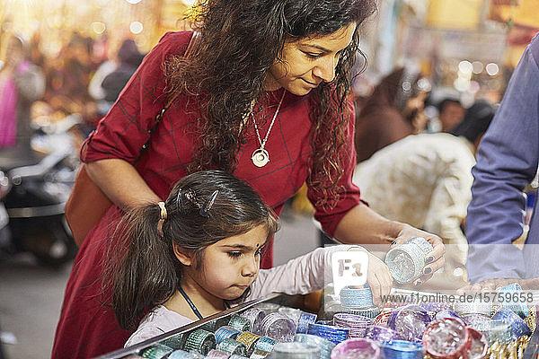 Mutter und Tochter beim Einkaufen auf dem Basar