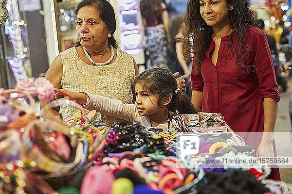 Dreiköpfige Familie beim Einkaufen auf dem Basar
