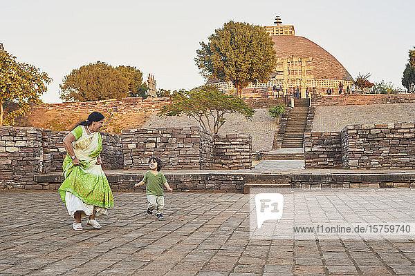 Großmutter spielt mit ihrem Enkel auf dem Platz  Bhopal  Madhya Pradesh  Indien