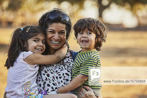 Porträt von glücklicher Mutter und Kindern