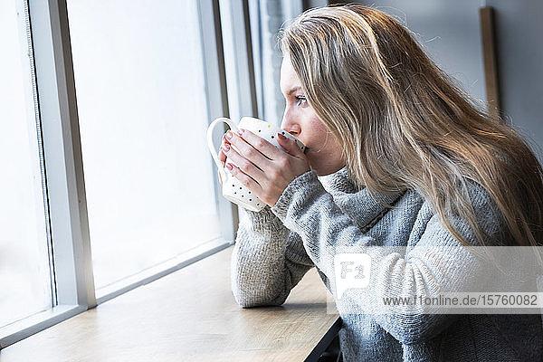 Frau beim Tee im Café