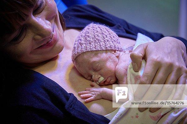 Mother with baby  mother-kangaroo method  Skin-to-skin contact  Neonatal pediatrics  Medical care  Neonate Intensive care Unit  UVI  ICU  Hospital Donostia  San Sebastian  Gipuzkoa  Basque Country  Spain  Europe