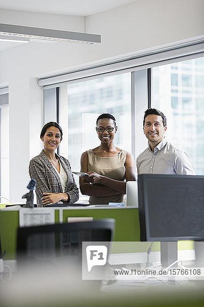 Porträt selbstbewusster Geschäftsleute im Büro