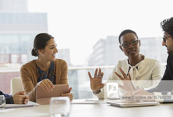 Geschäftsleute im Gespräch im Konferenzraum