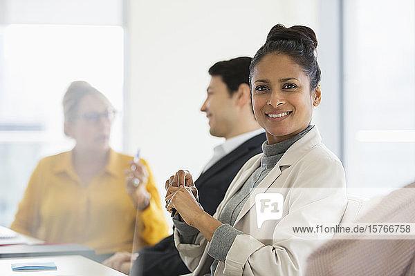 Porträt einer lächelnden  selbstbewussten Geschäftsfrau in einem Konferenzraum