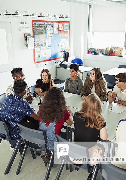 Gymnasiasten unterhalten sich während eines Debattierkurses im Klassenzimmer