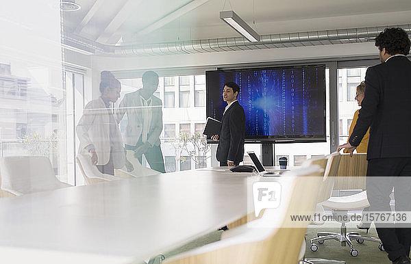 Geschäftsleute auf dem Weg zu einer Besprechung im Konferenzraum