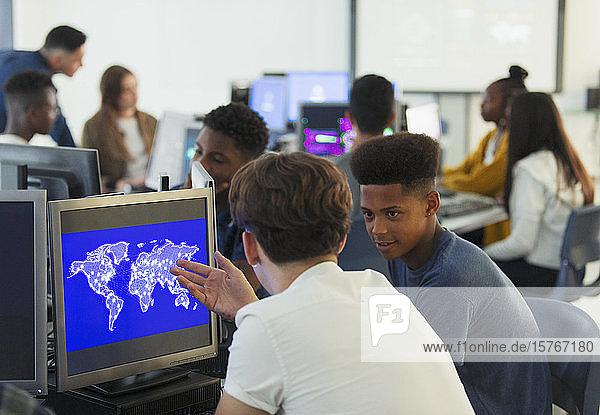 Schüler der Junior High School benutzen einen Computer im Computerraum