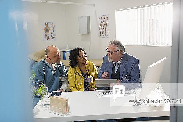 Ärzte und Verwalter treffen sich am Computer in einer Arztpraxis