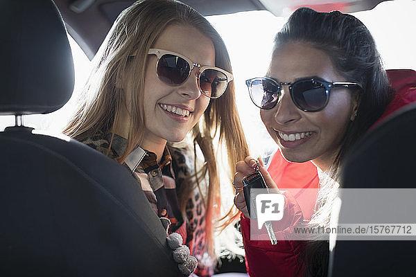 Portrait glückliche junge Frauen mit Sonnenbrille im Auto