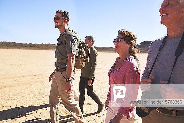 Safari-Reiseleiter und Gruppenwanderung in der trockenen Wüste Südafrikas