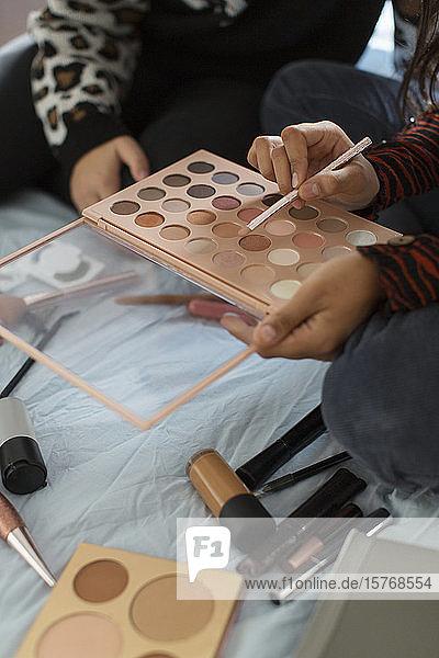 Close up jugendliche Mädchen mit Lidschatten Make-up-Palette