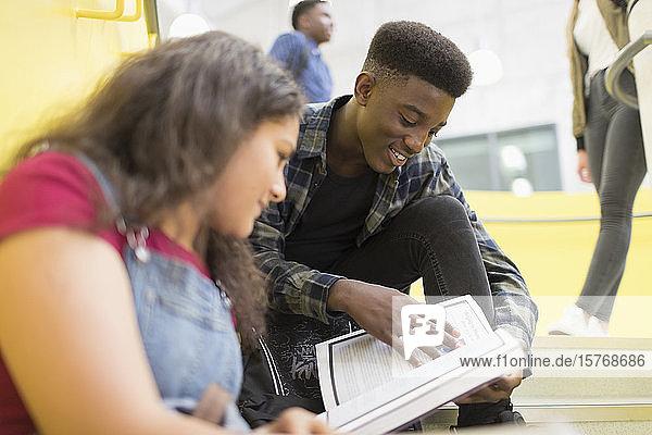 Schüler der Mittelstufe lernen