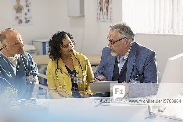 Treffen von Ärzten und Verwaltungsangestellten in einer Arztpraxis