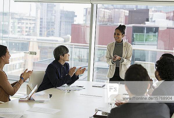 Geschäftsfrau leitet Sitzung im Konferenzraum