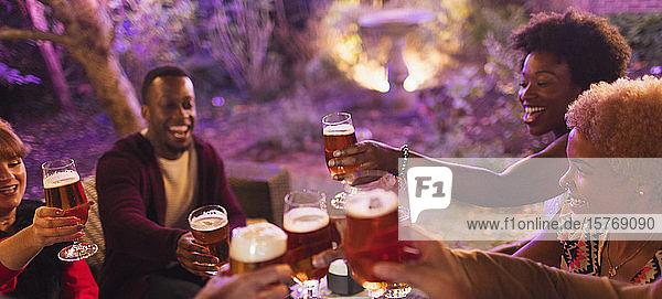 Freunde stoßen auf einer Party mit Biergläsern an