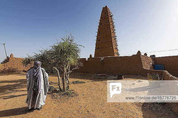Imam before the Grand Mosque  UNESCO World Heritage Site  Agadez  Niger  West Africa  Africa