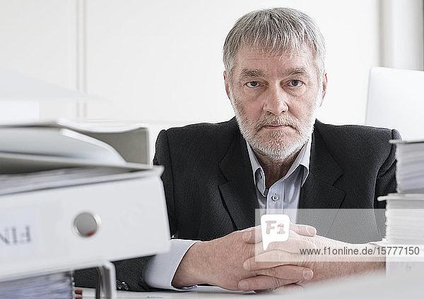 Geschäftsmann schaut sehr ernst in die Kamera