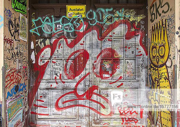 Eingangstüre mit Graffiti  Berlin  BRD