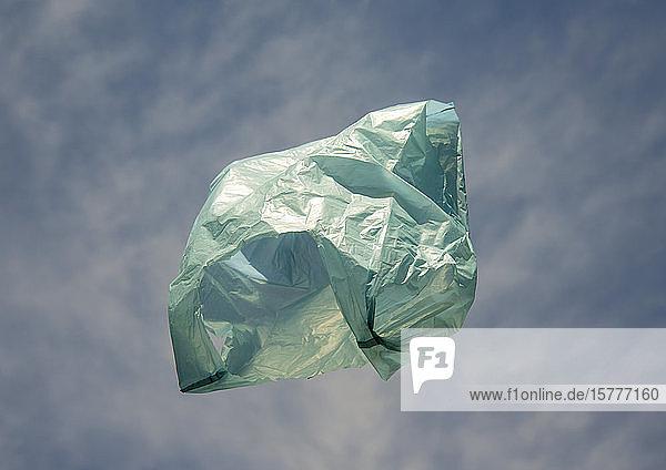 Plastiktüte fliegt durch die Luft Plastiktüte fliegt durch die Luft