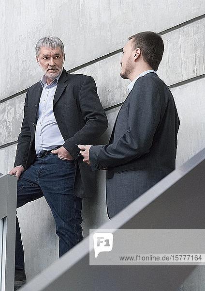 Zwei Geschäftsmänner in Treppenhaus