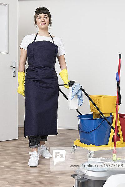 Reinigungskraft bei der Arbeit Reinigungskraft bei der Arbeit
