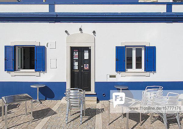 Blauweiße Hausfassade mit Außenbestuhlung Blauweiße Hausfassade mit Außenbestuhlung