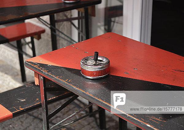 Aschenbecher steht auf einem Tisch