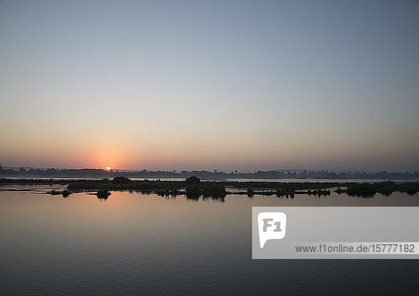 Sonnenaufgang am Nil  Ägypten Sonnenaufgang am Nil, Ägypten