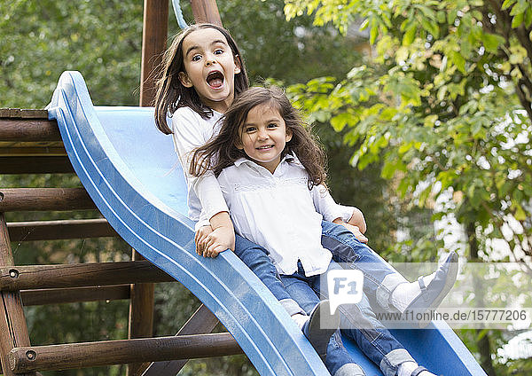 Zwei Mädchen auf einer Rutsche Zwei Mädchen auf einer Rutsche