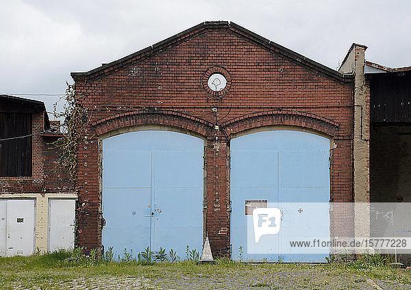 Gebäude mit blauen Eisentoren