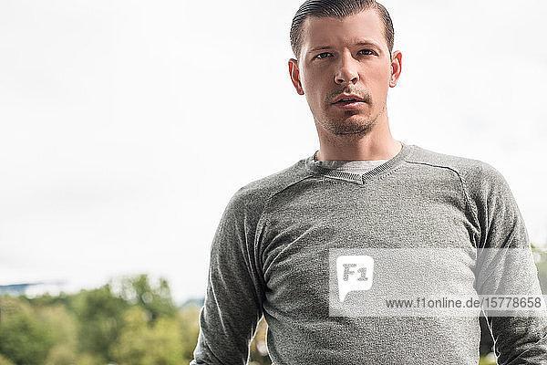 Mann in grauem Sweatshirt  Porträt