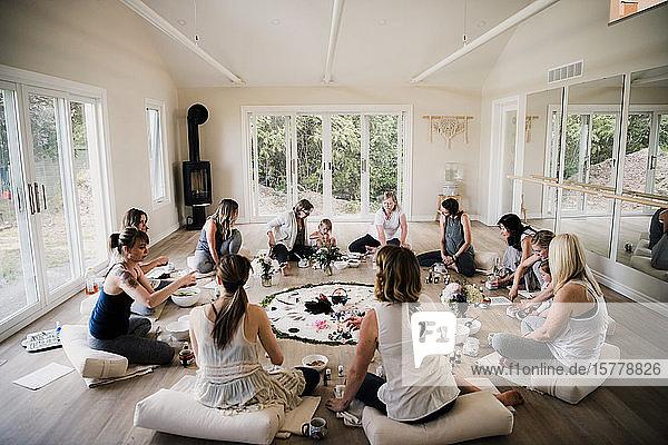 Frauen im Kreis im Yoga-Retreat