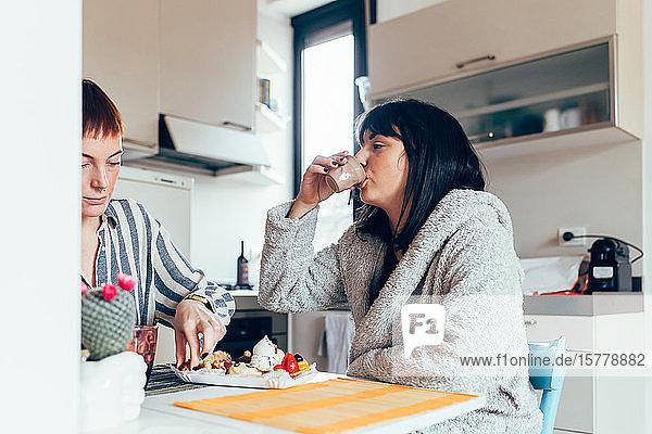 Frauen zu Hause bei Tisch