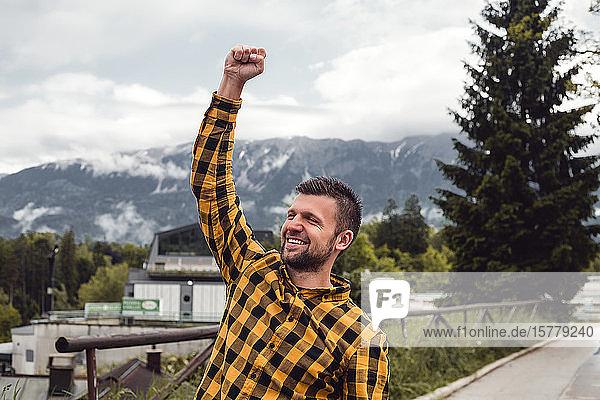 Glücklicher Mann macht eine Faust im Bergdorf Dolenci  Slowenien