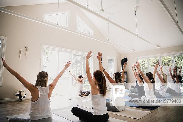 Frauen im Yoga-Retreat