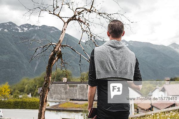 Geschäftsmann mit Blick auf Bergdorf  Rückansicht  Francenigo  Venetien  Italien