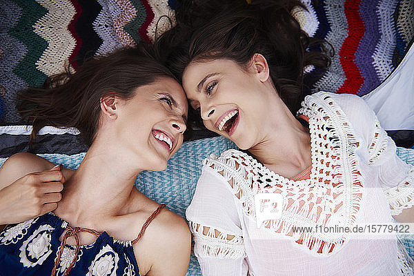 Freunde liegen am Boden  lachen und genießen Musikfestival Freunde liegen am Boden, lachen und genießen Musikfestival