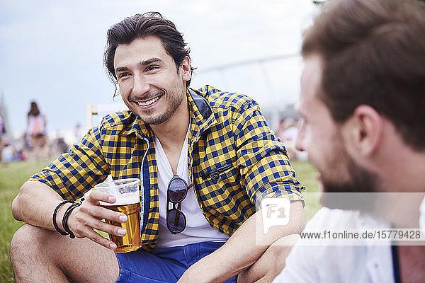 Freunde sitzen und genießen Musikfestival Freunde sitzen und genießen Musikfestival