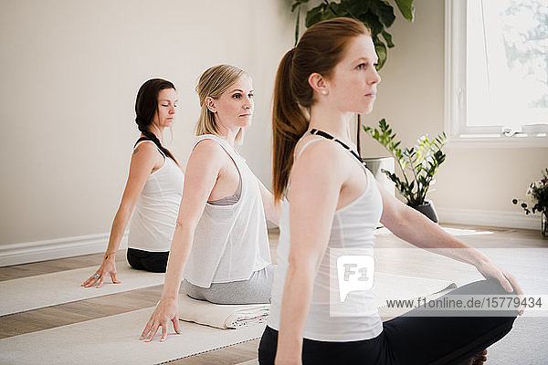 Frauen im Yoga-Retreat